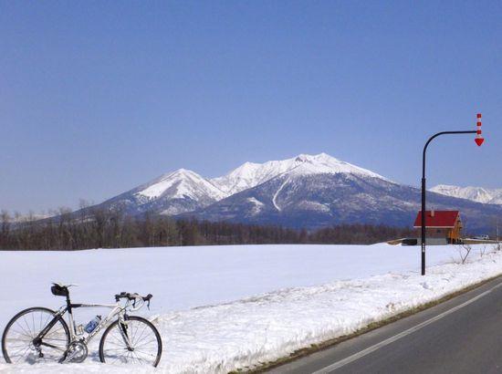 十勝岳と自転車.jpg