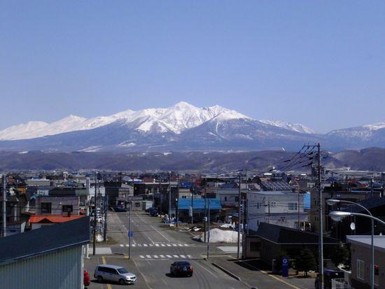 富良野の街と十勝岳.jpg
